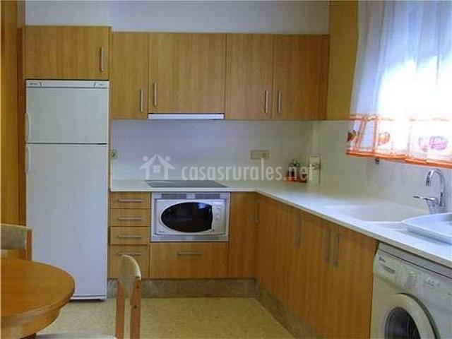Cocina con lavadora y microondas