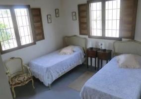 Dormitorio doble con las ventanas