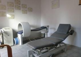 Sala de fisioterapia con cama