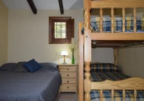 Dormitorio con litera y cama de matrimonio