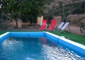 Vistas de la piscina con sillas