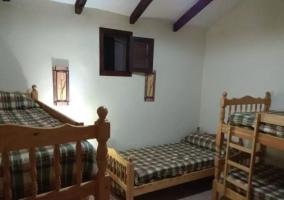 Dormitorio con litera y camas