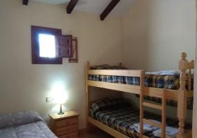 Dormitorio con litera y cama