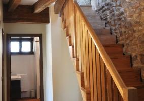 Pasillo con aseo junto a las escaleras