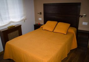 Dormitorio con cojines