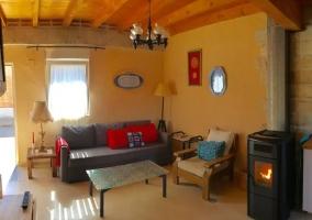 Sala de estar con la estufa