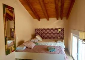 Dormitorio con una cama nido