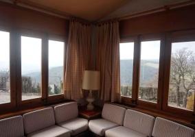 Sala de estar con grandes ventanales