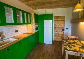 Cocina de la casa en verde