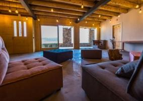 Sala polivalente con techos de madera