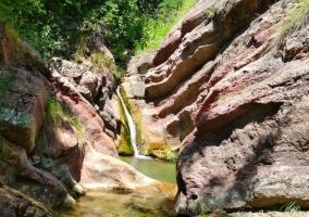 Zonas verdes con cascadas