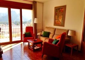 Sala de estar con sillones y armarios de madera