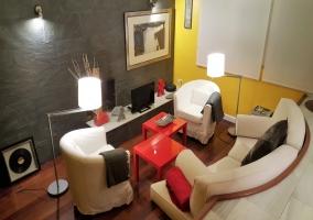 Sala de estar con televisor de plasma