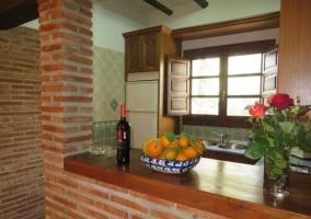 Amplia terraza en la casa con muebles de exterior
