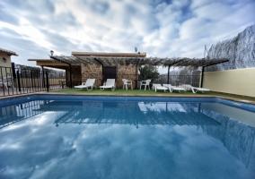 Acceso a la casa con piscinas