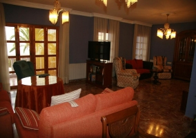Sala de estar con sillones de cuero negro