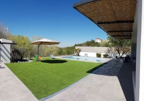 Amplios jardines con el porche