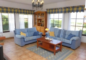 Sala de estar con sillones azules