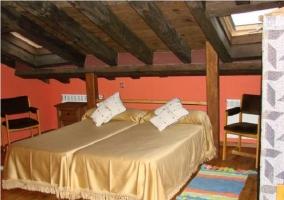 Dormitorio con cama matrimonial de la casa rural