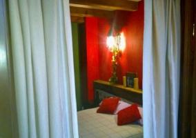Dormitorio abuhardillado con dos camas juntas