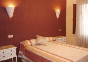 Dormitorio con cama de matrimonio y cortinas