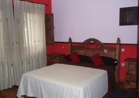 Dormitorio con cama matrimonial de la casa rural segoviana