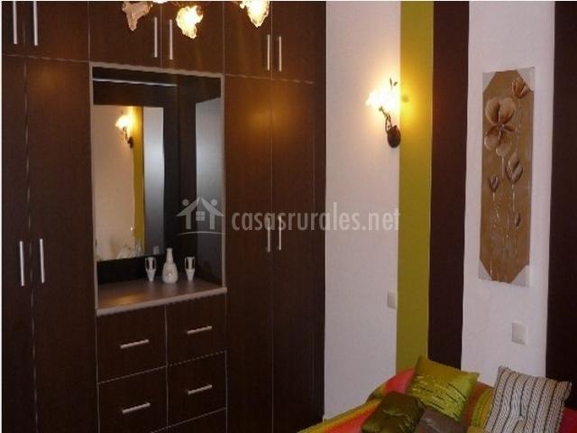 Dormitorio doble con precioso armario marrón oscuro