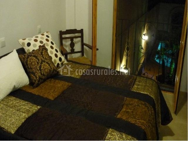 Dormitorio doble por la noche con ventana abierta