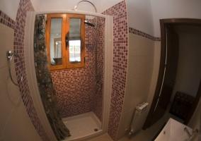 Baño con ducha de la casa rural