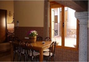 Comedor y ventana con vistas al patio de la casa rural