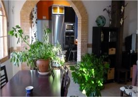 Vista de la cocina y de parte del salon