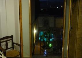 Vista de la piscina desde un dormitorio del piso superior de la casa rural