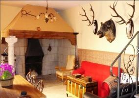Salón de la casa rural con sofá rojo