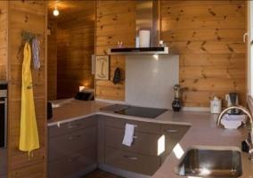 Sala de estar y cocina con encimera y taburetes