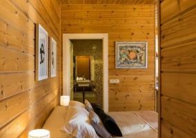 Dormitorio con cama y vistas