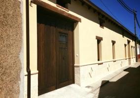 Acceso a la casa con la puerta de madera