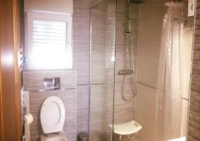 Aseo de la casa con la ducha y ventanas