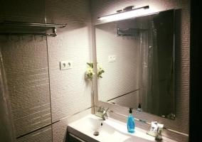 Aseo de la casa con luz en el espejo