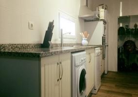 Cocina de la casa con lavadora