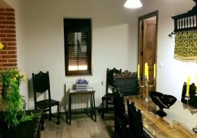 Comedor de la casa con mesa de madera y superficie en cristal