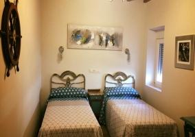 Dormitorio doble con ventanas y mesilla