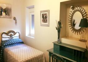 Dormitorio doble con ventanas y muebles