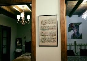 Pasillos con detalles en las paredes