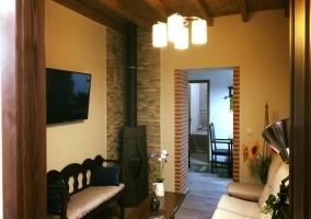 Sala de estar con la chimenea en una esquina y la tele