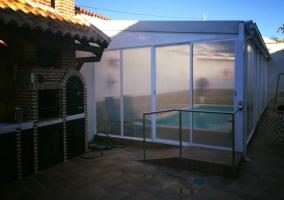Vistas de la piscina cubierta con barbacoas al lado
