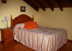 Dormitorio de matrimonio abuhardilllado en naranja