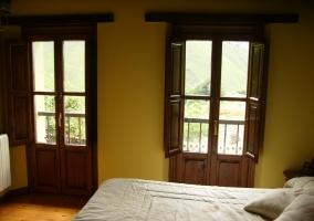Dormitorio de matrimonio con ventanales