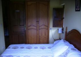 Dormitorio de matrimonio de la casa con armarios