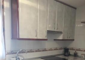 Cocina de la casa con ventana y armarios