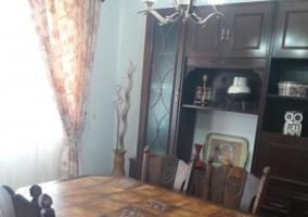 Comedor de la casa con mueble de madera